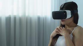 Θηλυκό στο παίζοντας παιχνίδι κασκών εικονικής πραγματικότητας, σύγχρονη τεχνολογία, καινοτομία απόθεμα βίντεο