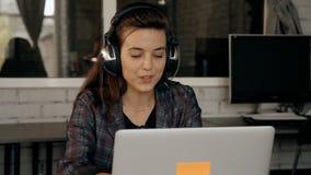 Θηλυκό στο τηλεφωνικό κέντρο που χρησιμοποιεί την κάσκα και το μικρόφωνο απόθεμα βίντεο