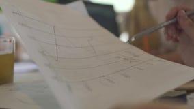 Θηλυκό στρέθιμο της προσοχής σε μια γραφική παράσταση απόθεμα βίντεο