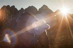 Θηλυκό σχεδιάγραμμα τουριστών στο βουνό Rysy στο ηλιοβασίλεμα Στοκ Εικόνες