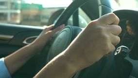 Θηλυκό τιμόνι εκμετάλλευσης μαύρο, που οδηγεί στο γραφείο, τους κανόνες κυκλοφορίας και την ασφάλεια απόθεμα βίντεο