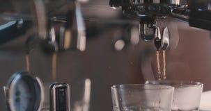 Θηλυκό τρυφερό χέρι που βάζει το γυαλί με τη σοκολάτα και το συμπυκνωμένο γάλα σε ένα γάλα frother μιας μηχανής καφέ E απόθεμα βίντεο