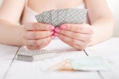 Θηλυκό τυχερό παιχνίδι με τις κάρτες παιχνιδιού Στοκ Φωτογραφία