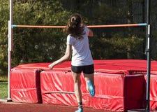 Θηλυκό υψηλό άλμα αθλητών γυμνασίου στοκ φωτογραφίες με δικαίωμα ελεύθερης χρήσης