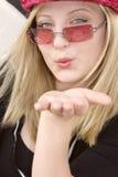 θηλυκό φυσώντας φιλί goodye   Στοκ Εικόνες