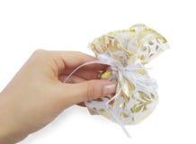 θηλυκό χέρι δώρων στοκ φωτογραφία