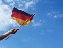 Θηλυκό χέρι με τη γερμανική σημαία Στοκ Φωτογραφία