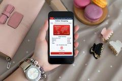 Θηλυκό χέρι με το τηλέφωνο εκμετάλλευσης κοσμήματος με app τις σε απευθείας σύνδεση αγορές Στοκ Εικόνες