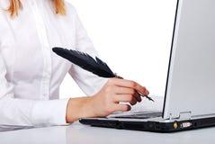 Θηλυκό χέρι που γράφει με το φτερό Στοκ φωτογραφία με δικαίωμα ελεύθερης χρήσης