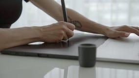 Θηλυκό χέρι που καταναλώνει την ταμπλέτα γραφικής παράστασης στον πίνακα κοντά εργασία γυναικών βασικών l απόθεμα βίντεο