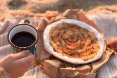 Θηλυκό χέρι που κρατά μια κούπα με το τσάι Στοκ φωτογραφία με δικαίωμα ελεύθερης χρήσης