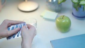 Θηλυκό χέρι που παίρνει τα χάπια ιατρική που παίρνει τη γυναίκα Υπομονετικό χέρι που παίρνει τα φάρμακα απόθεμα βίντεο