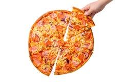 Θηλυκό χέρι που παίρνει τη φρέσκια και νόστιμη φέτα πιτσών που απομονώνεται στο άσπρο υπόβαθρο Πίτσα με pepperoni, το ζαμπόν, το  στοκ εικόνα