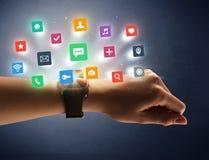 Θηλυκό χέρι που φορά smartwatch με app τα εικονίδια Στοκ φωτογραφία με δικαίωμα ελεύθερης χρήσης