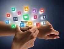 Θηλυκό χέρι που φορά smartwatch με app τα εικονίδια Στοκ Εικόνες
