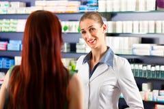θηλυκό χρηστών το φαρμακείο φαρμακοποιών της στοκ φωτογραφία με δικαίωμα ελεύθερης χρήσης