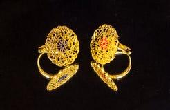 Θηλυκό χρυσό ανατολικό τουρκικό εκλεκτής ποιότητας χειροποίητο κόσμημα γυναικών ` s σε ένα μαύρο υπόβαθρο σκουλαρίκια, δαχτυλίδια Στοκ Φωτογραφίες