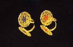 Θηλυκό χρυσό ανατολικό τουρκικό εκλεκτής ποιότητας χειροποίητο κόσμημα γυναικών ` s σε ένα μαύρο υπόβαθρο σκουλαρίκια, δαχτυλίδια Στοκ Εικόνες
