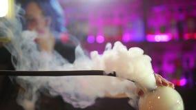 Θηλυκό bartender κοκτέιλ ατμού μπλε τρίχωμα κοριτσιών κοκτέιλ που κάνει στο φραγμό νύχτας φιλμ μικρού μήκους