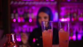 Θηλυκό bartender μπλε τρίχωμα κοριτσιών κοκτέιλ που κάνει στο φραγμό νύχτας φιλμ μικρού μήκους