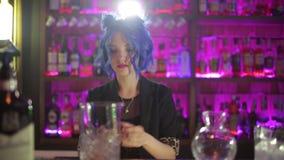 Θηλυκό bartender μπλε τρίχωμα κοριτσιών κοκτέιλ που κάνει στο φραγμό νύχτας απόθεμα βίντεο