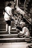 Θηλυκό Caucasion που δίνει τα μετρητά στον επαίτη στην Καμπότζη Στοκ Εικόνα