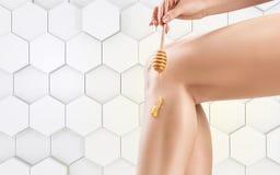 Θηλυκό depilation ποδιών από τα ζυμαρικά μελιού ή ζάχαρης στοκ φωτογραφία με δικαίωμα ελεύθερης χρήσης