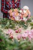 Θηλυκό Floral εργαστήριο ανθοκόμων - γυναίκα που κάνει μια όμορφη σύνθεση λουλουδιών μια ανθοδέσμη Έννοια Floristry Στοκ φωτογραφία με δικαίωμα ελεύθερης χρήσης