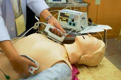 Θηλυκό performning cardioversion παθολόγων με defibrillator στοκ φωτογραφία με δικαίωμα ελεύθερης χρήσης