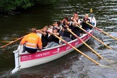 Θηλυκό Rowers στη φυλή βαρκών σε έναν ποταμό στις Κάτω Χώρες Στοκ εικόνες με δικαίωμα ελεύθερης χρήσης
