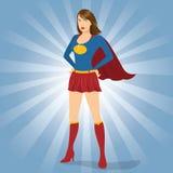 Θηλυκό Superhero που στέκεται με την υπερηφάνεια και βέβαιο Στοκ εικόνες με δικαίωμα ελεύθερης χρήσης