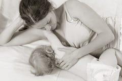 Θηλάζοντας μωρό Πορτρέτο Mom και θηλασμός μωρών Στοκ Φωτογραφία