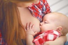 θηλασμός στήθος μωρών - ταΐζοντας μητέ Στοκ φωτογραφία με δικαίωμα ελεύθερης χρήσης