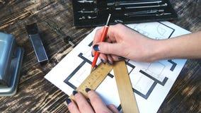 Θηλυκά έπιπλα συρταριών χεριών στο σχέδιο ορόφων απόθεμα βίντεο
