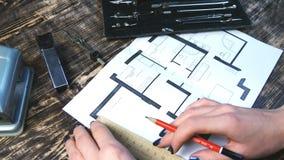 Θηλυκά έπιπλα συρταριών χεριών στο σχέδιο ορόφων Στοκ φωτογραφία με δικαίωμα ελεύθερης χρήσης