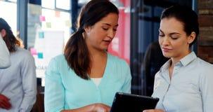 Θηλυκά ανώτατα στελέχη επιχείρησης που συζητούν πέρα από την ψηφιακή ταμπλέτα απόθεμα βίντεο