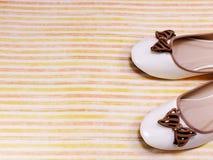 Θηλυκά επίπεδα παπούτσια μπαλέτου στο ζωηρόχρωμο υπόβαθρο Στοκ φωτογραφίες με δικαίωμα ελεύθερης χρήσης