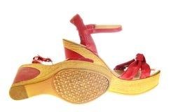 Θηλυκά κόκκινα παπούτσια με τα τακούνια απομονωμένος Στοκ φωτογραφία με δικαίωμα ελεύθερης χρήσης