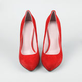 Θηλυκά κόκκινα παπούτσια μόδας Στοκ φωτογραφία με δικαίωμα ελεύθερης χρήσης