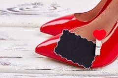Θηλυκά κόκκινα παπούτσια στο λευκό Στοκ Φωτογραφίες