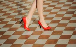 θηλυκά κόκκινα παπούτσια & Στοκ φωτογραφία με δικαίωμα ελεύθερης χρήσης