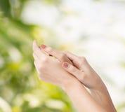 Θηλυκά μαλακά χέρια δερμάτων Στοκ Φωτογραφία
