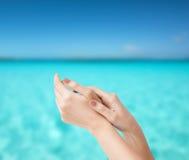 Θηλυκά μαλακά χέρια δερμάτων Στοκ εικόνες με δικαίωμα ελεύθερης χρήσης