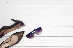 θηλυκά παπούτσια και γυαλιά Στοκ Εικόνες