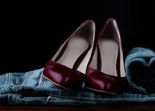 Θηλυκά παπούτσια και τζιν Στοκ φωτογραφίες με δικαίωμα ελεύθερης χρήσης