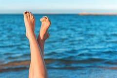 Θηλυκά πόδια, θάλασσα Στοκ Εικόνες