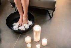 Θηλυκά πόδια κατά τη διάρκεια της ασιατικής θεραπευτικής πλύσης στο CE ομορφιάς πολυτέλειας Στοκ φωτογραφία με δικαίωμα ελεύθερης χρήσης