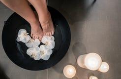 Θηλυκά πόδια κατά τη διάρκεια της ασιατικής θεραπευτικής πλύσης στο CE ομορφιάς πολυτέλειας Στοκ εικόνες με δικαίωμα ελεύθερης χρήσης