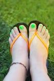 Θηλυκά πόδια με το πράσινο pedicure Στοκ Εικόνες