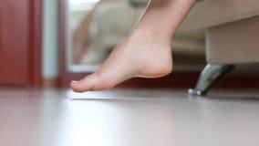 Θηλυκά πόδια. Ξυπνήστε απόθεμα βίντεο